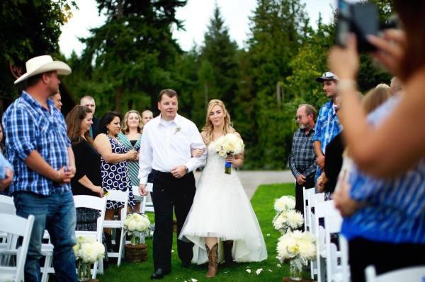 after-her-dad-died-on-duty-this-bride-got-an-emotional-surprise-on-the-dance-floor-5