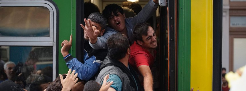 epa04911377 Migrants board a train at Keleti Railway Station, in Budapest, Hungary, 03 September 2015. The migrants were removed from the train by police in Bicske, 35 kms west of Budapest, in order for them to be registered at a reception center. Hungary has become a key transit country for thousands trying to reach Western Europe, and Germany in particular. In response, it has built a 175-kilometre fence on its border with non-EU member Serbia, and is refusing to let people leave the country without being registered. EPA/ZOLTAN BALOGH HUNGARY OUT +++(c) dpa - Bildfunk+++