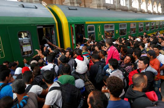 migrants-storm-into-a-train-at-the-keleti-train-station-in-budapest
