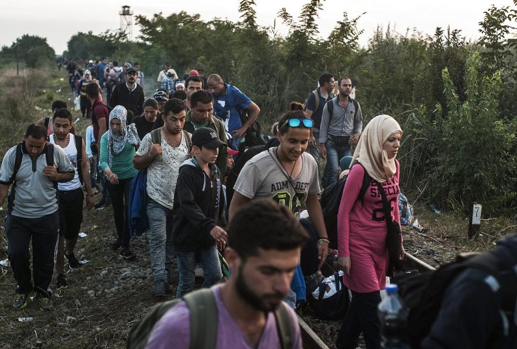 Röszke, 2015. augusztus 25. Illegális bevándorlók a Röszke melletti vasúti átjárónál, a magyar-szerb határon 2015. augusztus 25-én. MTI Fotó: Ujvári Sándor