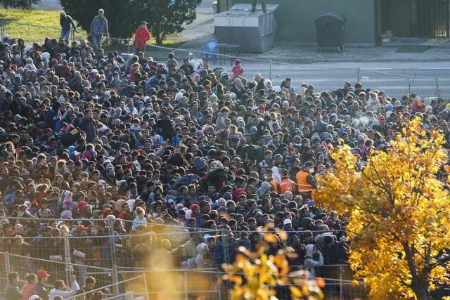Sentilj, 2015. október 26. Migránsok a szlovén oldalon kialakított befogadóállomásnál a szlovén Sentilj és az ausztriai Spielfeld közötti határátkelõhelyen 2015. október 26-án. MTI Fotó: Varga György