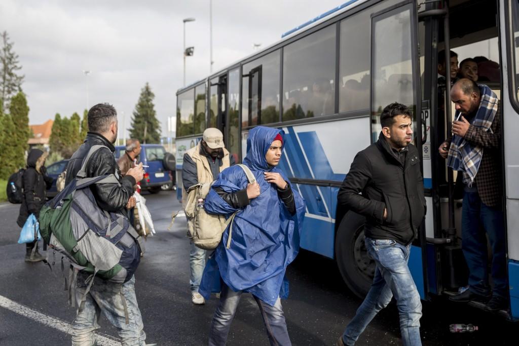 Hosszúfalu, 2015. október 17. Horvátországon át érkezett, Ausztrián át Németországba tartó illegális bevándorlók buszra várnak a magyar-szlovén határnál, a szlovéniai Hosszúfaluban 2015. október 17-én. Éjféltõl Magyarország lezárta a magyar-horvát zöldhatárt. Horvátország életbe léptette a C-tervet, vagyis a szlovén határa szállítja a migránsokat, és nem irányít több menedékkérõt a magyar határa. MTI Fotó: Mohai Balázs