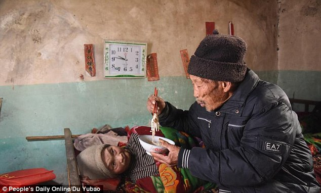 2E9AFA7F00000578-3325744-Selfless_love_The_humble_husband_from_Sunjiayu_village_China_has-a-35_1447956844150