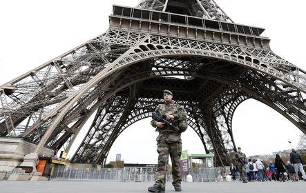 Katonai járõr az Eiffel-toronynál a párizsi támadások másnapján