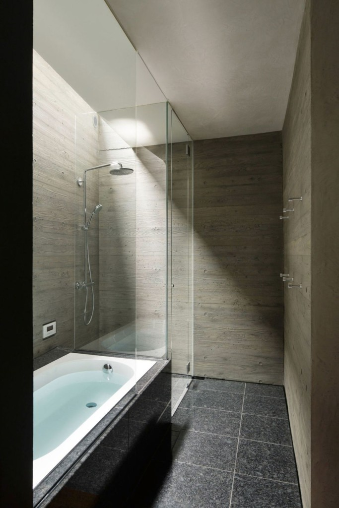 The-SRK-residence-in-Tokyo-features-a-glass-walk-in-shower