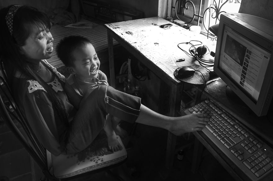after-the-war-vietnamese-girl-born-without-arms-lives-normal-life-and-takes-care-of-her-nephew-4__880