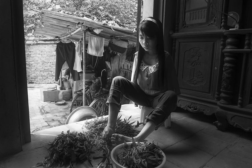 after-the-war-vietnamese-girl-born-without-arms-lives-normal-life-and-takes-care-of-her-nephew-7__880