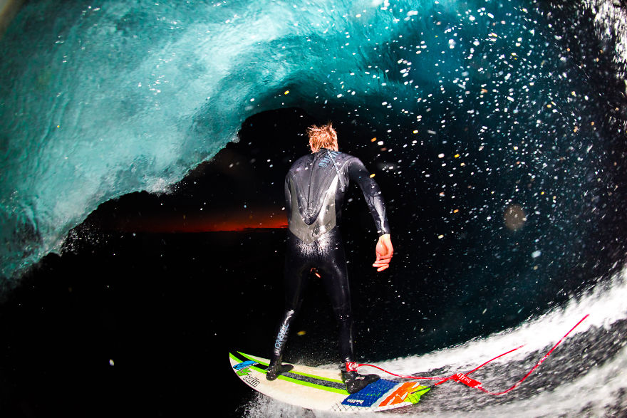photographing-surfers-in-the-barrel-at-night-12__880