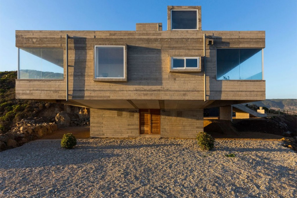 The-Mirador-House-symmetrical-cantilevered-spaces