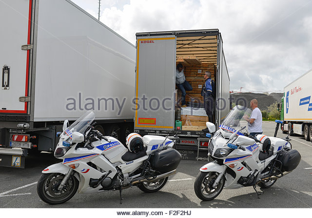calais-northern-france-august-2014-illegal-migrants-found-by-motorcycle-f2f2hj