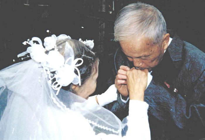senior-couple-recreates-wedding-day-14