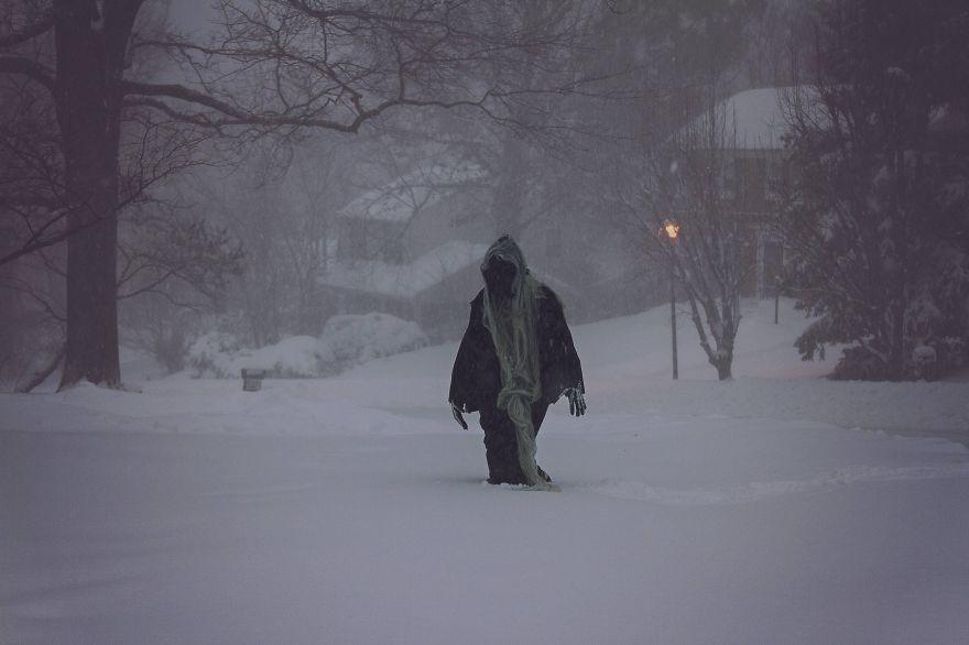 Egy nő meggyőzte a férjét, hogy halálnak öltözve járkáljon a hóviharban.