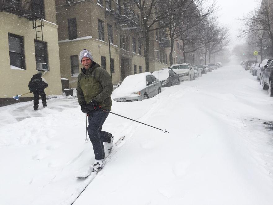 Emberek síelnek New York város utcáin.