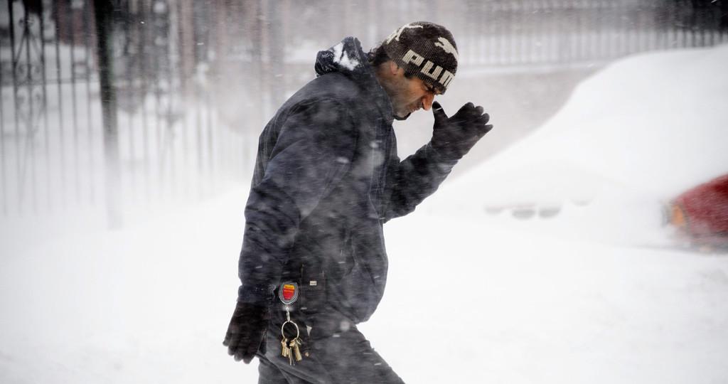 New York, 2016. január 23. Egy férfi gyalogol jeges szélben és hóesésben New York Brooklyn városrészében 2016. január 23-án. (MTI/EPA/Justin Lane)
