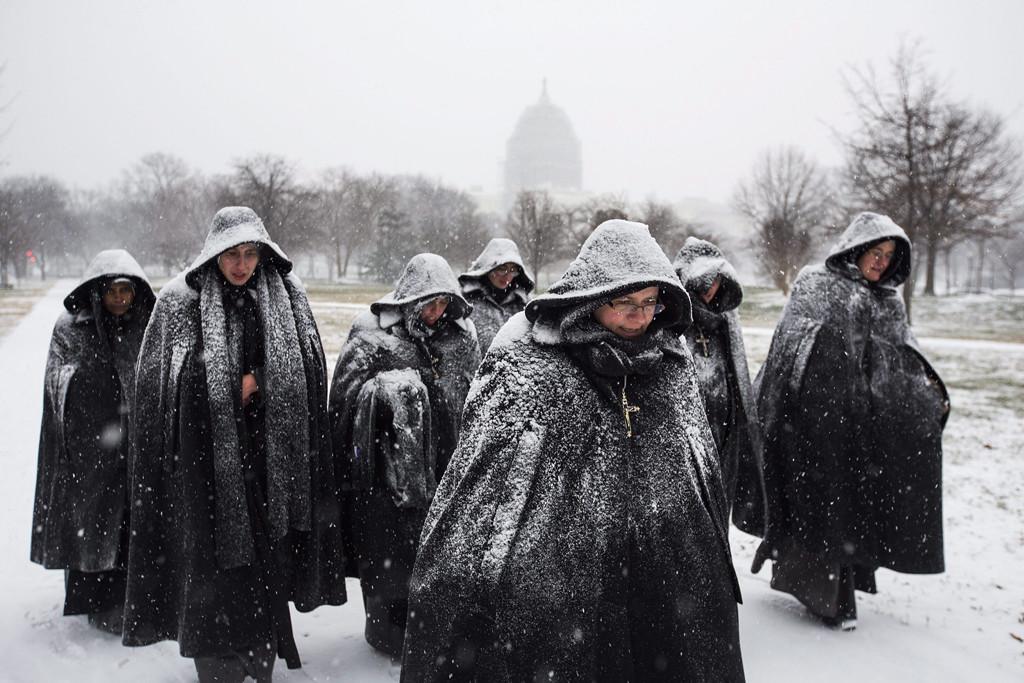 Washington, 2016. január 23. Hóesésben sétáló apácák az amerikai törvényhozás épülete, a Capitolium közelében Washingtonban 2016. január 22-én. A Jonas nevű hóvihar érkezése miatt az Egyesült Államok keleti államaiban hatvan-hetven centiméteres hóra számítanak. (MTI/EPA/Jim Lo Scalzo)