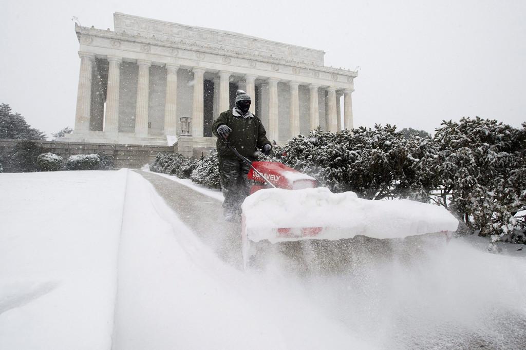 Washington, 2016. január 23. Egy munkás sűrű hóesésben takarítja a havat a washingtoni Lincoln-emlékmű közelében 2016. január 22-én. A Jonas nevű hóvihar érkezése miatt az Egyesült Államok keleti államaiban hatvan-hetven centiméteres hóra számítanak. (MTI/EPA/Michael Reynolds)