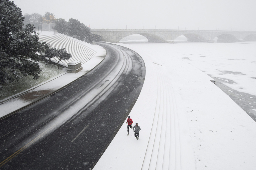 Washington, 2016. január 23. Kocogók futnak hóesésben a Potomac folyó partján Washingtonban 2016. január 22-én. A Jonas nevű hóvihar érkezése miatt az Egyesült Államok keleti államaiban hatvan-hetven centiméteres hóra számítanak. (MTI/EPA/Michael Reynolds)