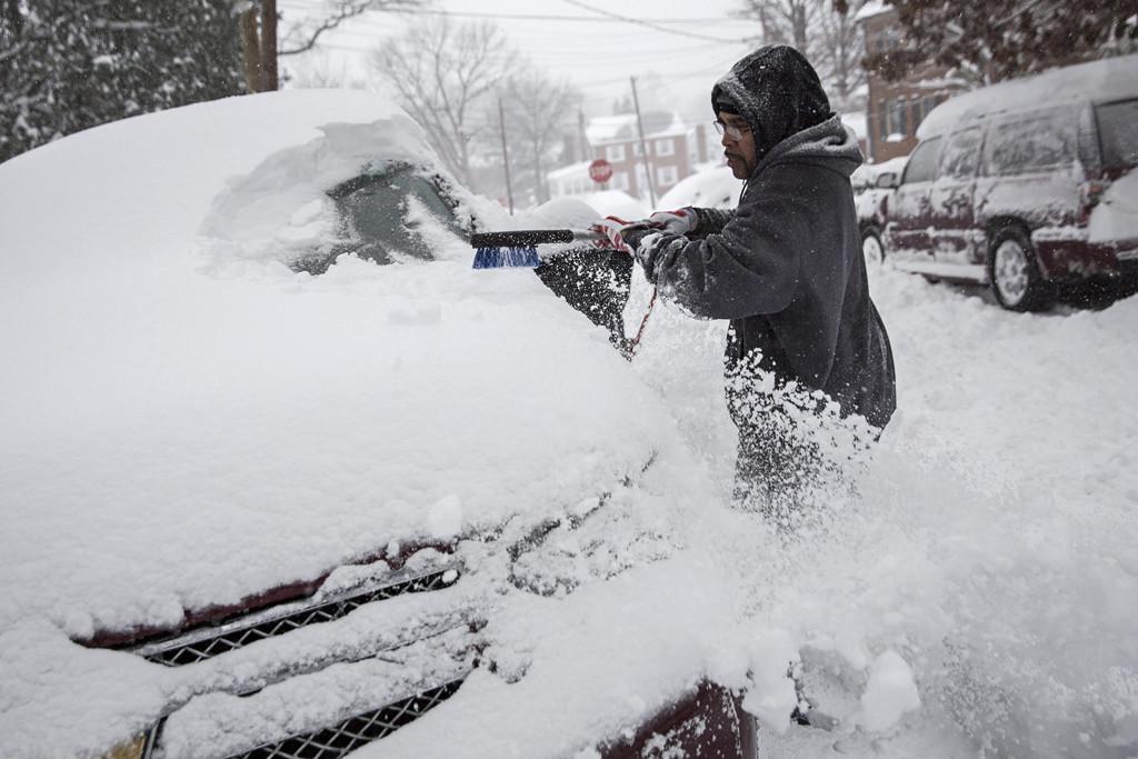 Washington, 2016. január 23. Egy férfi autója szélvédőjéről takarítja el a havat Washingtonban 2016. január 23-án. A Jonas nevű hóvihar érkezése miatt az Egyesült Államok keleti államaiban hatvan-hetven centiméteres hóra számítanak. (MTI/EPA/Drew Angerer)