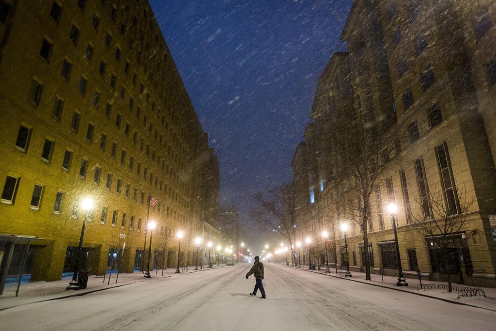 Washington, 2016. január 23. Sűrű hóesésben gyalogol egy férfi az E utcában Washingtonban 2016. január 22-én. A Jonas nevű hóvihar érkezése miatt az Egyesült Államok keleti államaiban hatvan-hetven centiméteres hóra számítanak. (MTI/EPA/Jim Lo Scalzo)