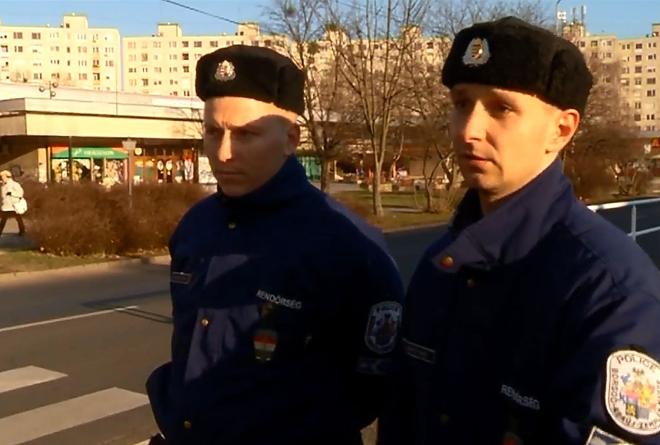 A két rendőr, akik ott voltak a szülésnél
