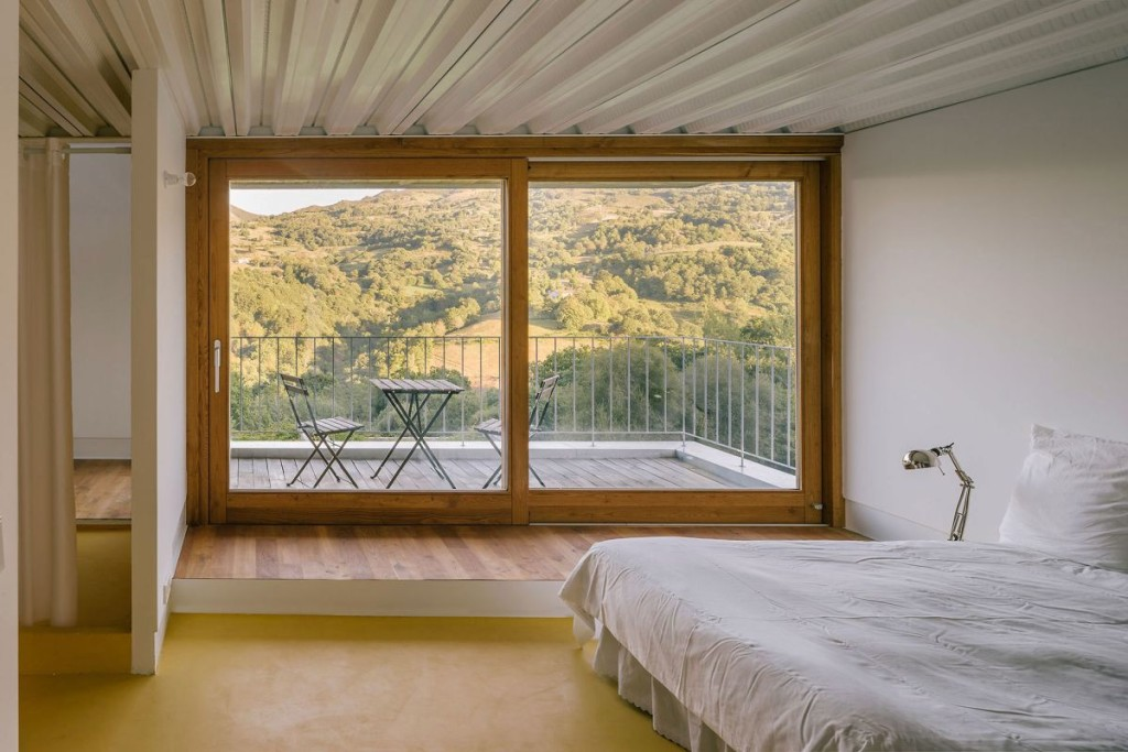 Casa-TMOLO-conversion-master-bedroom-corner-terrace