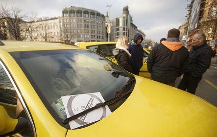 Egy közösségi személyszállító ellen tiltakozó taxisok Budapesten