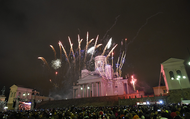 epa05084838 Fireworks light up the night sky marking New Year celebrations in the Senate Square in Helsinki, Finland, 01 January 2016. EPA/MARKKU OJALA FINLAND OUT