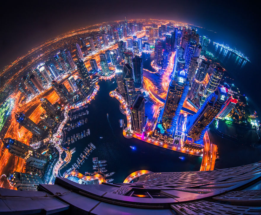 night-time-dubai-looks-like-it-came-straight-from-a-sci-fi-movie-2__880 (1)