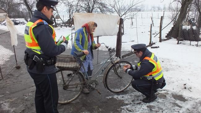 Járőrök, akik segítik egy néni közlekedését a tanyán