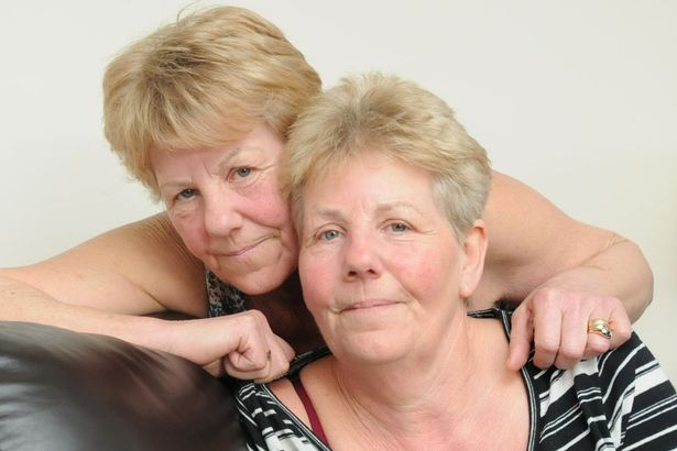 PAY-Identical-twins-Lynda-TomlinsonL-and-Ann-Ross