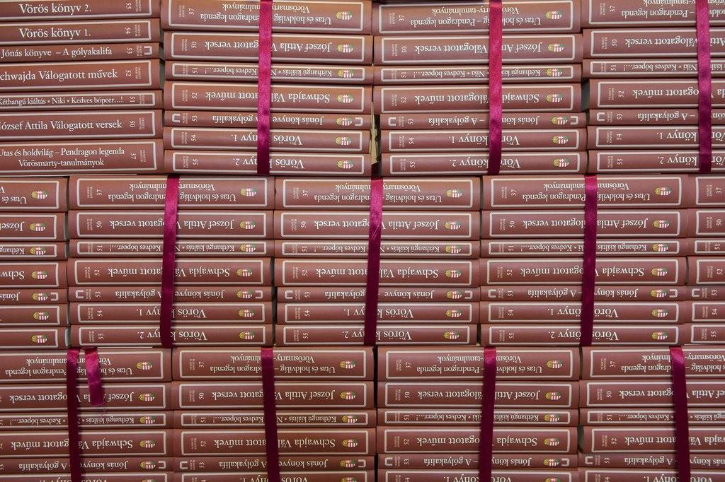 Budapest, 2016. március 3. ANemzeti Könyvtár sorozatában megjelent új kötetek a könyveket bemutató sajtótájékoztatón az Országházban 2016. március 3-án. MTI Fotó: Illyés Tibor