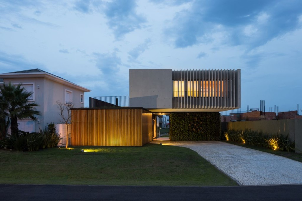 Enseada-House-in-Brazil-back-facade-at-sunset