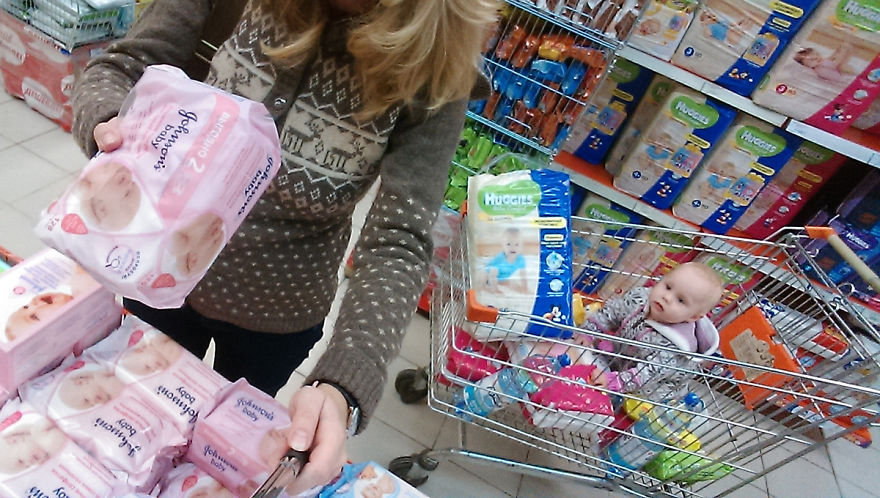 i-documented-what-its-like-to-be-a-mom-with-a-selfie-stick-16__880 (1)
