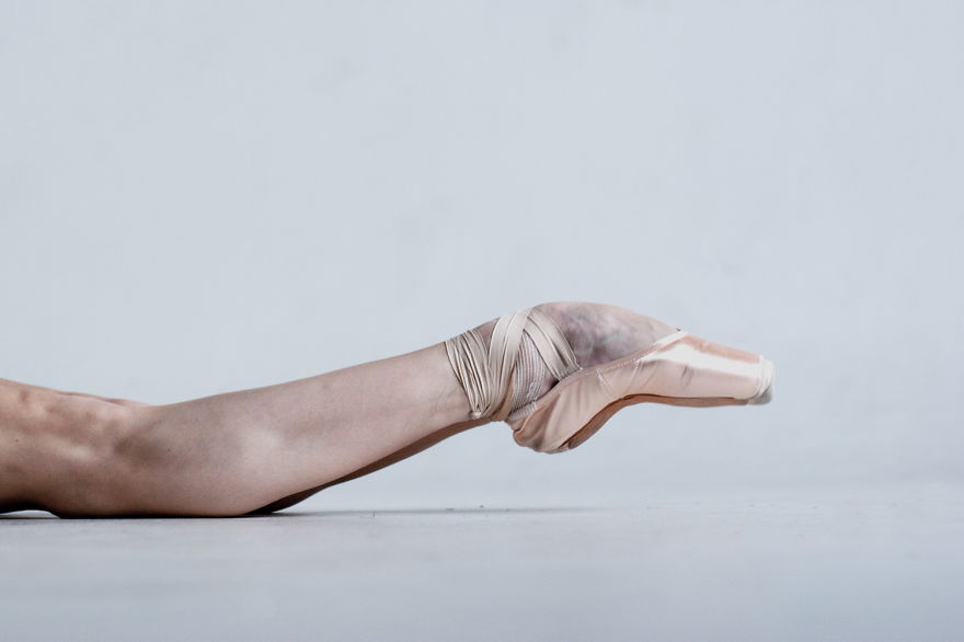 russian-ballet-photographer-darian-volkova-shows-behind-the-stage-life-of-dancers-11__880