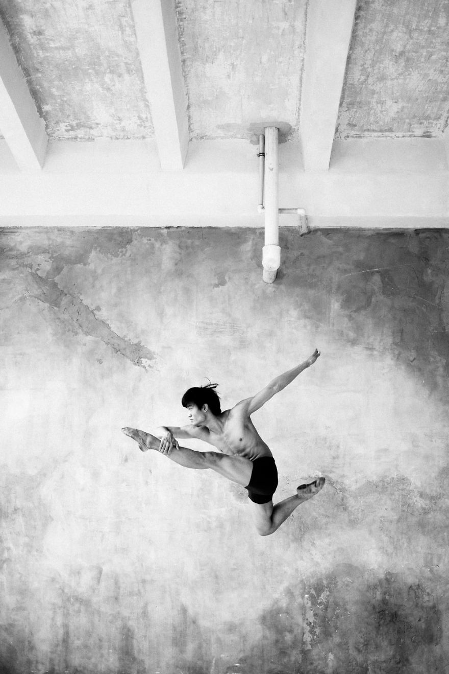 russian-ballet-photographer-darian-volkova-shows-behind-the-stage-life-of-dancers-4__880