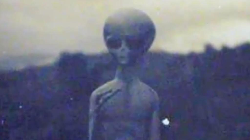 Példának okáért itt egy amerikai földönkívüli egyedet láthatunk!