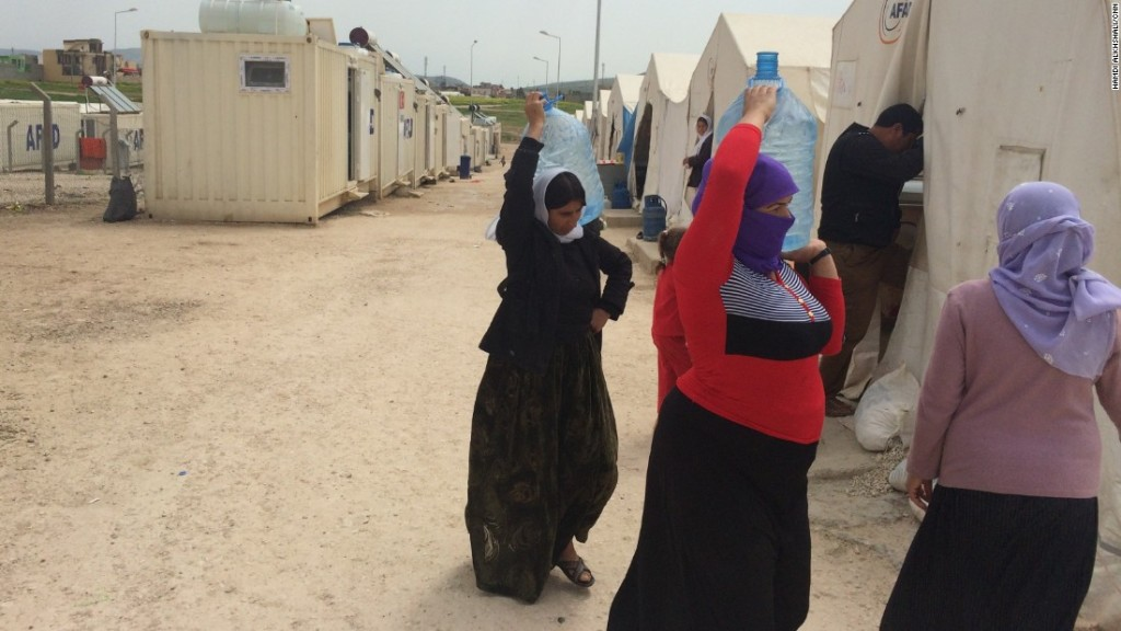 150412213218-yazidi-refugee-camp-women-water-super-169
