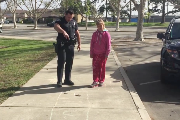 Police-officer-teaches-homeless-girl-how-to-play-hopscotch (1)
