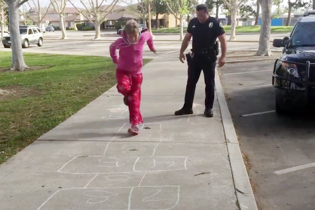 Police-officer-teaches-homeless-girl-how-to-play-hopscotch (3)