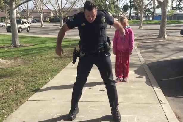 Police-officer-teaches-homeless-girl-how-to-play-hopscotch (4)