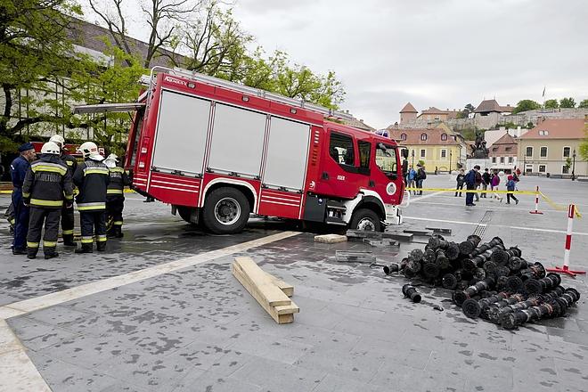 Az egri Dobó tér szökõkútjának térburkolata beszakadt egy