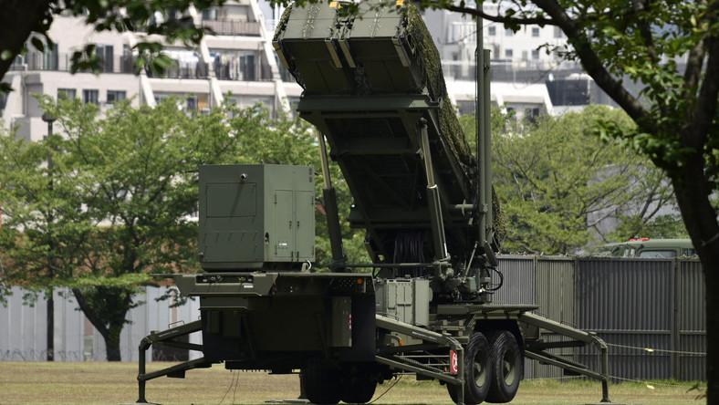 Egy PAC-3 típusú elfogó rakétákkal felszerelt harci jármű a tokiói védelmi minisztérium épülete előtt állítottak fel