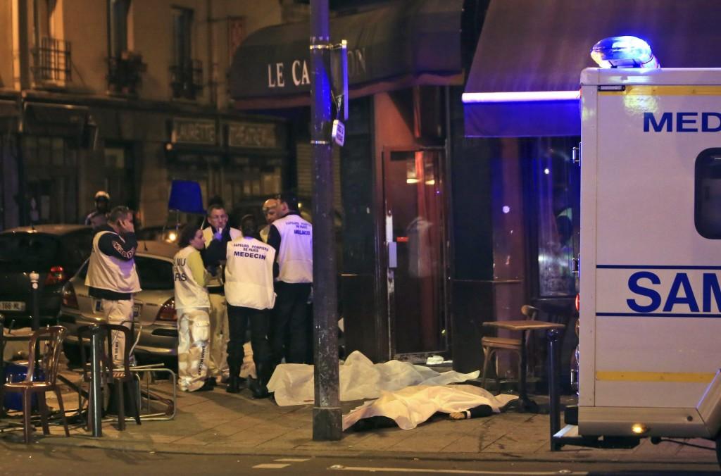 Párizs, 2015. november 13. Mentõalakulatok tagjai az áldozatok letakart holttestei mellett egy párizsi étteremnél történt lövöldözés helyszínén 2015. november 13-án este. Francia hírforrások szerint eddig negyven halottja van a késõ este kezdõdött párizsi fegyveres támadásoknak és mintegy száz embert ejtettek túszul a francia fõváros Bataclan koncerttermében. A  Franciaország-Németország barátságos labdarúgó-mérkõzés helyszínérõl, a párizsi Stade de France Stadion közelébõl három robbanást jelentettek. (MTI/AP/Thibault Camus)
