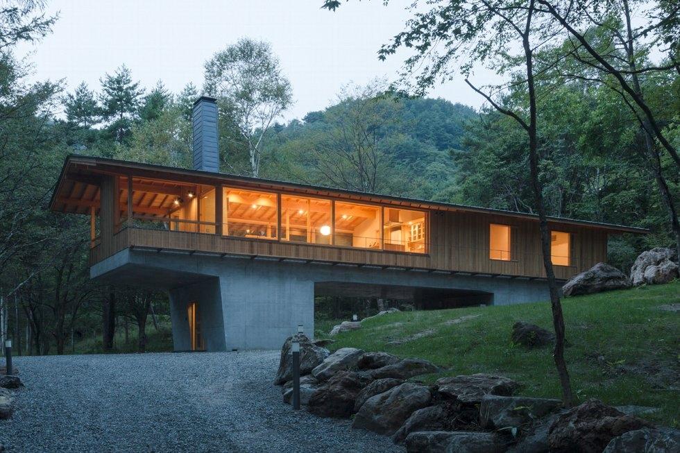 3-concrete-plinths-elevate-woodland-house-bridge