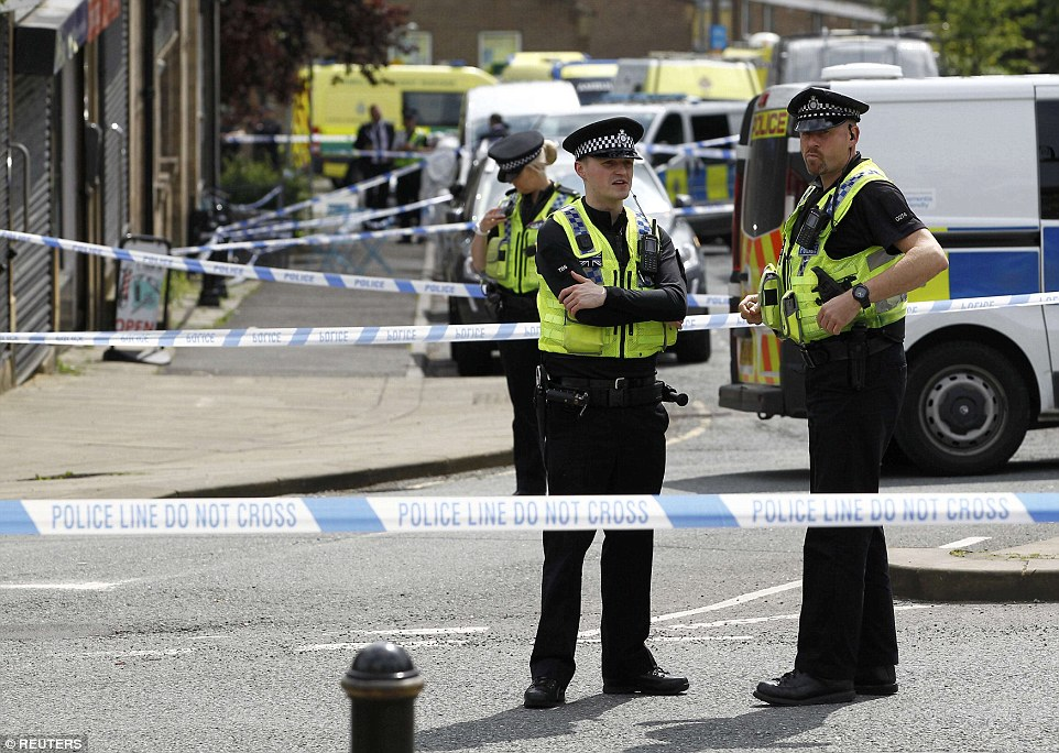 355B5CB400000578-3645321-Police_officers_are_maintaining_a_large_crime_scene_in_the_area_-a-8_1466096188592