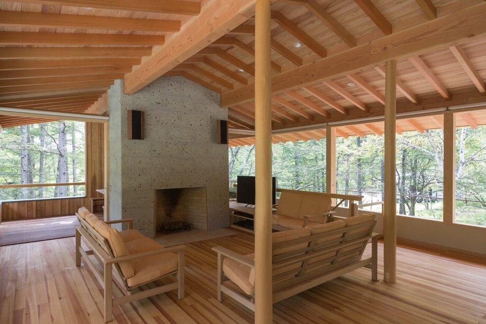 8-concrete-plinths-elevate-woodland-house-bridge