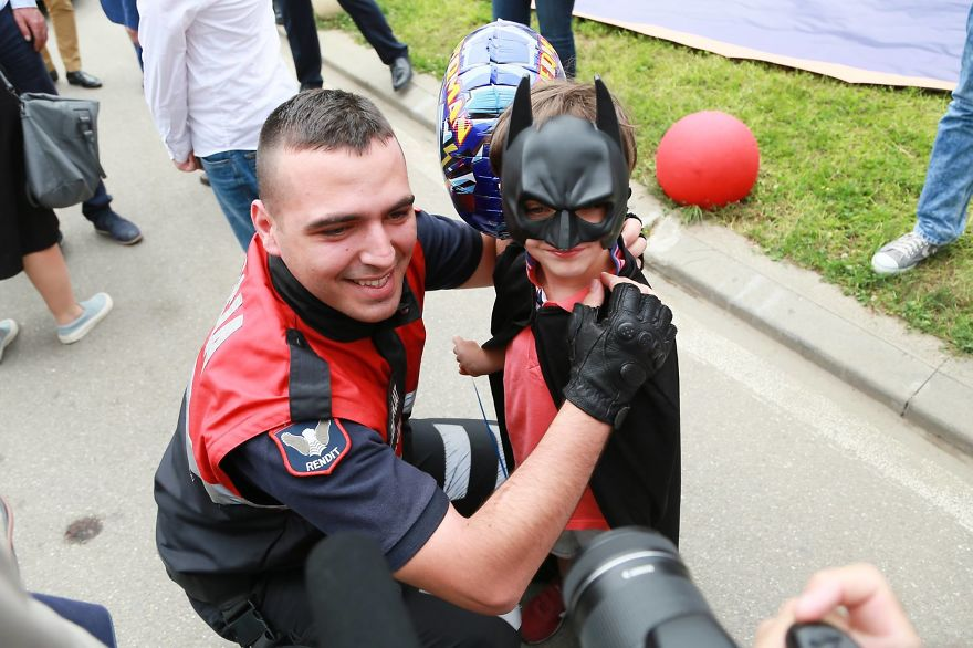 Albanian-Police-Force-Heartwarming-Surprise-to-the-Hospitalized-Children-in-Tiranas-Pediatry-574f41e475b17__880
