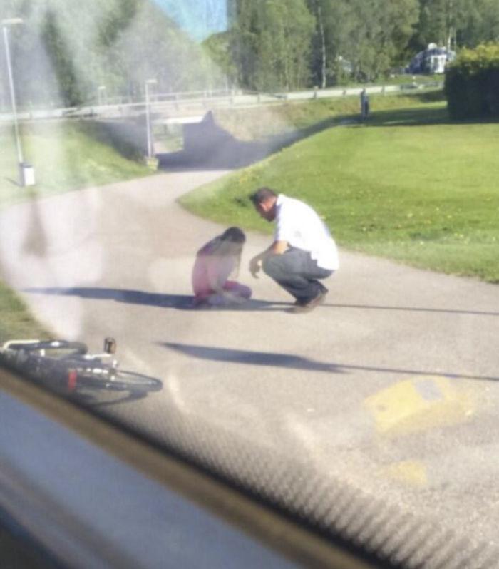 Egy buszsofőr leszállt a teli buszról, hogy segítsen egy síró kislánynak.