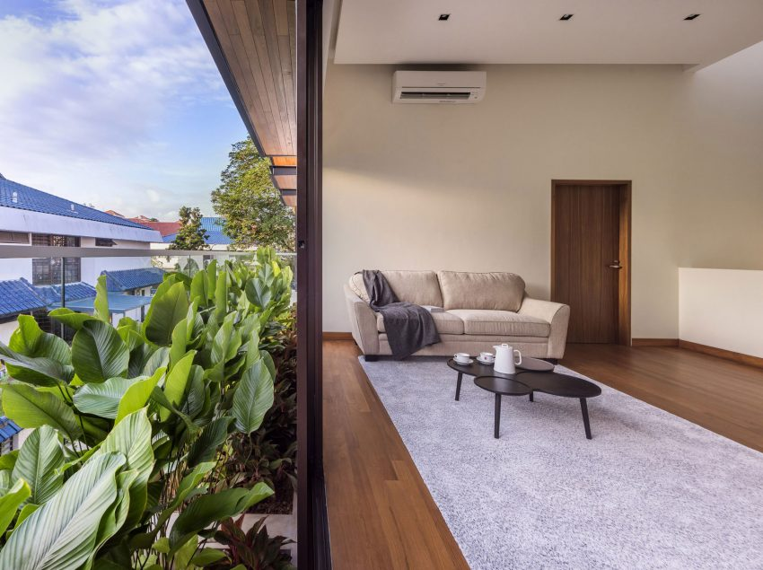 The-architects-created-an-indoor-outdoor-feel-to-modernize-the-house-and-expose-interiors-to-the-natural-light