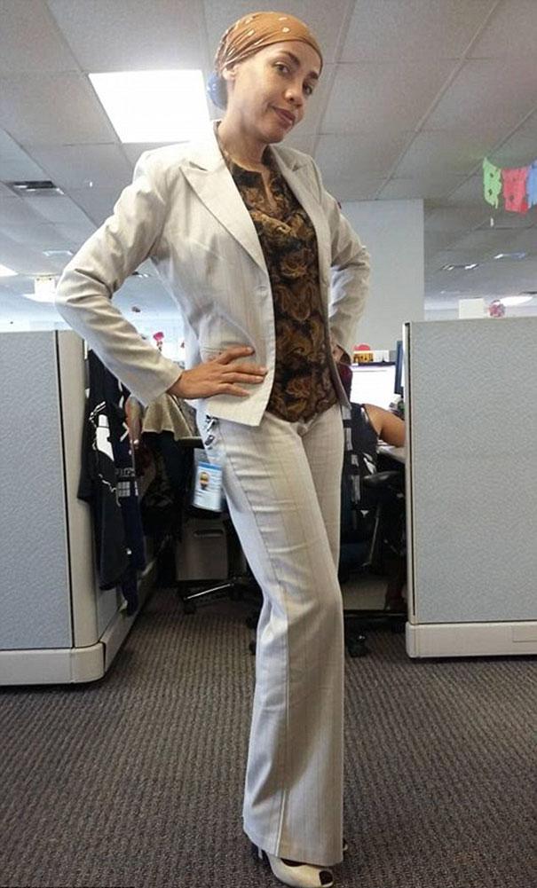 Ez volt Rivas ruházata, amely nem illett a cég szabályzatához.